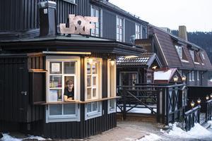 I kiosken i luckan på hörnet av Åregården går det nu att köpa falafel.