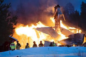 – Det finns ingenting att rädda i själva bostadshuset, säger Henrik Cedergren, inre befäl vid räddningstjänsten.