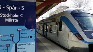 Pendeltåget står vid perrongen på Södertälje centrums station.