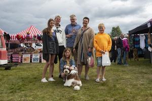 Familjen Bodén bestående av Annie, Felix, Tobias, Ida, Algot samt Ellen och labradoodeln Ludwig von Koopa.