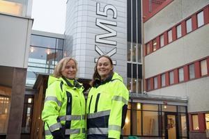 Siv Skoglund och Stephanie Holmqvist jobbar på Billerudkorsnäs i Frövi. I bakgrunden står det KM5 och där tillverkas kartonger. Det är också i den byggnaden som smakproverna görs några gånger i veckan.
