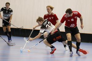 IBK Salas Julius Dickfors försöker ta sig emellan Sala IBF:s Robin Olsson och Christopher Viklund.