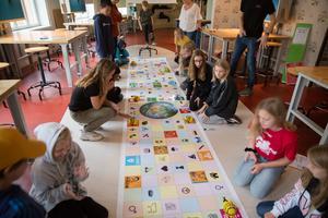 Eleverna i klass 5 på Vallaskolan får i uppgift att programmera varsin så kallad bee bot, så att den passerar de symboler som passar ihop med varje globalt mål.