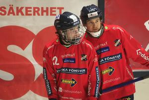 Mattias Larsson och förre liberon Jocke Svensk, numera vänsterhalva.