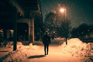 """1. """"Natt"""" av Henrik Bratt. En ensam nattvandrare i Söderhamn i gatlyktans sken och snöflingor, eller är det stjärnorna som faller ...?"""