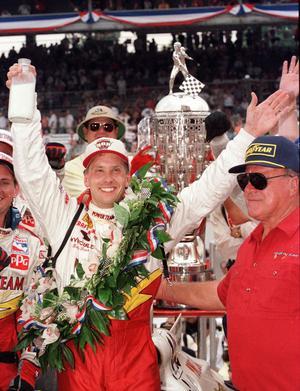 Kenny Bräck med den traditionsenliga mjölkflaskan i handen efter segern i Indy 500 1999. Första och hittills enda gången en svensk vunnit tävlingen som tillsammans med Monacos GP och Le Mans 24-timmars utgör racingens tripple crown. Arkivfoto: Al Behrman/TT