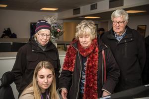 Birgit och Ingemar Jansson samt den tidigare FP-medarbetaren Margareta Eriksson kikar nyfiket på reportern Emma Larssons skärm.