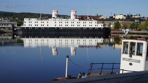 Tommy Joneström har tagit en bild på utsikten mot hamnen där hotellbåten dominerar i blickfånget. Bild: Privat