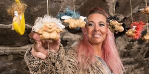 Susanna Trollske visar sina typiska nakna änglar ur produktionen från Änglastället ateljé.