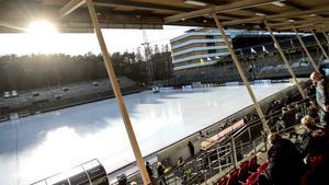 Nästa säsong kommer isen på Studenternas ha flyttats cirka tio meter bort från fotbollsarenan. Dessutom ska den västra läktaren rivas (den bortre i bilden).