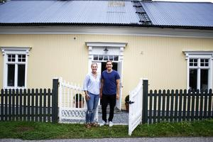 Evelina Andersson och Robin Nilsson utanför sitt hus i Nykvarn.