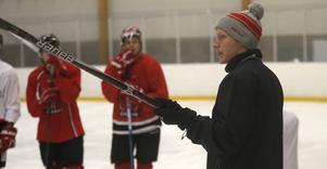 Oscar Dahlgren håller i teknikpass med Örebro Hockeys A-lagsspelare. Annars är han assisterande tränare i klubben på juniorsidan och på hockeygymnasiet.
