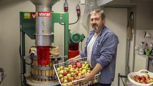 Mats Ola Norberg bor i Stockholm och jobbar egentligen som museitekniker, men på helgerna är han i Norberg för att musta.