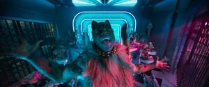 Katten Rum Tum Tugger (Jason Derulo) presenterar sig i en scen i
