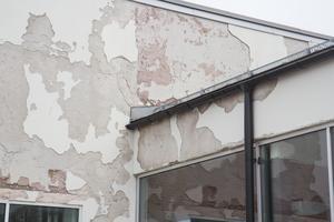 Fasadputsen på Ösmo simhall har sett bättre dagar. Skadorna på fasaden yttrade sig bara ett par år efter att simhallen hade totalrenoverats 2007.