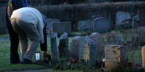 Otidsenligt och ineffektivt att begravningsverksamheten sköts av Svenska kyrkan. Bör en religiös institution som bara en tredjedel av Sveriges befolkning är medlem i verkligen sköta den logistiska begravningsverksamheten? Det frågar sig Mats Jonsson. Foto: Fredrik Sandberg/SCANPIX