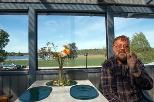 Från Olavi Hiltunens veranda kan man se ut över Magsjön och de i dag orörda ängarna i sjöns nordöstra ände. Han är inte förtjust i tanken på att få åretrunthus norr om sin stuga som ligger vid gatans slut.