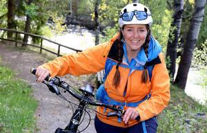 Cykeln är en trogen följeslagare när Lotten tar sig runt i hembygden kring Torpsjön.