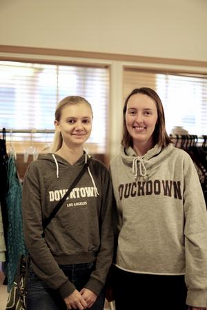 Linn Croneld och Amanda Lundqvist har lämnat in kläder och är på jakt efter nya.