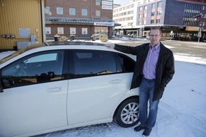 Här på Garvarns torg skulle cirka 30 bilar kunna få plats, förmodar Håge Persson. Moderaterna lägger nu flera förslag som man hoppas skulle göra centrum attraktivare.