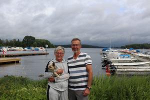 Siv och Roger Järsäter med hunden Nellie i famnen vid Hamnen i Smedjebacken. Rogers pappa är uppvuxen i Smedjebacken.   1984 seglade de jorden runt.