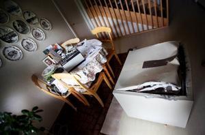 Förutom att vända upp och ned på hela huset i jakt på värdesaker lade tjuvarna som besökte Sture Törngrens hem ned mycket tid och kraft på att bryta upp kassaskåpet som stod på nedervåningen. Alla guldsmycken efter Stures mamma försvann, och frimärkssamlingen som låg där blev helt förstörd.