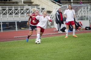 Planens gigant Paulina Byström driver fram bollen.