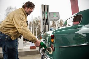 Årets Svärdsjöbo Gunnar Andersson fick den stora äran att vara först att tanka sin bil.