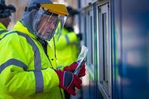 Ljusdal-Järvsö Rödakorskrets har tagit fram 300 visir som  ska ge skydd under pandemin (bilden är från Gävle sjukhus).