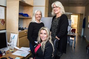 Lönespecialisten Birgitta Hansson och Ann Bäcke och lönechef Evalinda Aarvaag (sittande) hoppas på bättre arbetsmiljö efter bytet av lönesystem.