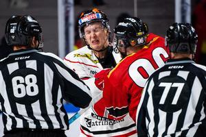 Stundtals var det irriterat, som här mellan Gustav Backström och Robin Kovacs. Bild: Simon Eliasson/Bildbyrån