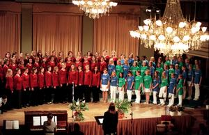 Kulturskolans ungdomskörer ger konsert i Stadshuset 1998. Bild:  STarkiv