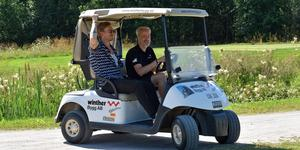 Arrangören Michael Reander åkte runt i sin golfbil tillsammans med Tobias Forsbergs bror Johan och delade ut vätska till deltagarna.