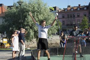 Erik Rhodin, 17, blev stor matchvinnare för sitt Klockarbergets BK i finalen mot Sport & Funktion. Här firas spiken i kistan – 5–2.