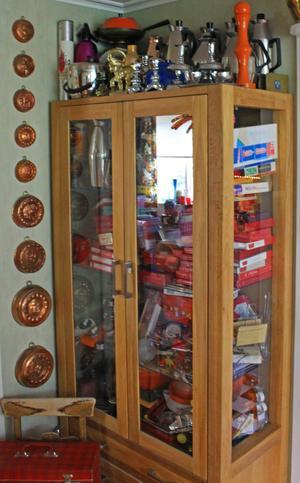 Skåpet som är fullt med husgeråd från vintagemärket Nilsjohan.