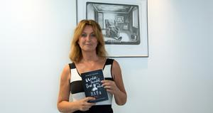 Efter två krönikesamlingar ger Katarina Vikström nu ut romanen