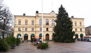 Mannen från Hälsingland häktades vid Värmlands tingsrätt  misstänkt för flera sexualbrott mot barn på olika platser i landet.