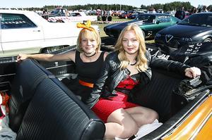 Åsa Höglund, Nälden, i sin 50-åriga Oldsmobile. Bredvid sig har hon dottern Julia Heggenes. Julia har just tagit körkort och räknar med att få låna mammas bil framöver.