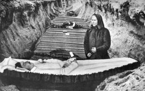 En mor sörjer sin döde röde son, vid kistan i en massgrav i Björneborg 1918.