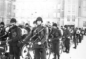 Dick Larssons och Bo Lagerlöfs vänskap inleddes under värnpliktstjänstgöringen på I3 i Örebro. Ungefär från den tiden är denna bild. Fotografiet är hämtat från Örebro stadsarkiv, och föreställer en slutmanöver på Kaserngården i början av 60-talet. Foto: Örebro stadsarkiv