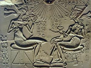 Akhenaton och hans hustru Nefertiti leker och gosar med sina barn under Atons kärleksfulla ljus.