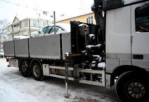 Kommunen har de senaste veckorna sett till att flera fordon körts till skroten. En del, som till exempel här i centrum, har stått i vägen för snöröjarna.Foto: Ludvika kommun