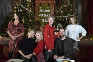 Julkalendern 2018: Storm på Lugna gatan. Lena Philipsson, Cecilia Forss Maja Söderström, Adrian Macéus, Henrik Johansson och Sofia Ledarp