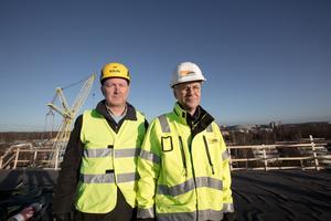 Anders Östlund och Arne Andersson på 7 våningshusets tak, 26 meter upp i luften. I bakgrunden kan man ana Kupolen.