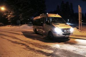 På tisdagen kördes en mindre buss från fritidshemmet, hack i häl med länstrafikens buss.