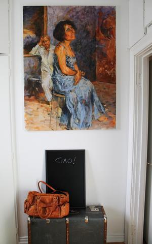 Tavlan i arbetsrummet föreställer Luciana och Frédéric och är målad av konstnären Joël Cunin som är en vän till paret. Motivet är lånat från den franska konstnären Nicolas Poussin.