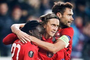 Kristoffer Olsson, i mitten, jublar tillsammans med Pione Sisto (vänster) och Tim Sparv (höger) efter att Midtjylland gjort mål mot Manchester United i Europa League.