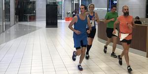 Fyran Viktor Gustafsson (blå t-shirt) tillsammans med tvåan Christian Ritella, som var en av Sveriges stora ultralöpningsstjärnor för tio år sedan.