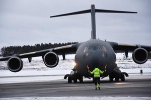 Besöket av C-17 drog till sig många nyfikna som följde landningen från snöhögar vid staketet intill flygplatsen