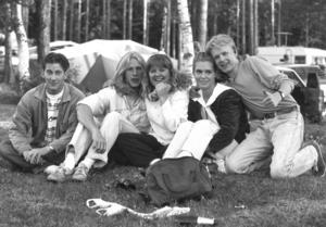 Campare på Fröjdholmen midsommaren 1992. Någon som känner igen sig på bilden?